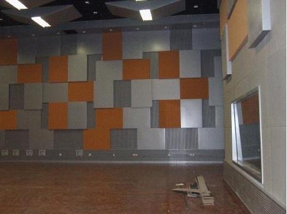 录音室位于楼内,需要对录音室墙体、门窗及空调系统进行综合处理,有效控制外界噪声对室内的影响,以及室内声音的往外传播。 录音室的隔音设计采用房中房结构: 1、在平面布局中,录音室入口前隔出一间小房间,作为声闸,同时作为控制室和录音室的一个前厅。 2、隔声墙体中加入了通风设计,即利用石膏板墙体之间的空腔和空腔内的吸声材料作为进风和排风的消声风道,风从石膏板之间蛇形通过,从而达到消声的目的。空调的消声设计就采用此空腔作为风道。 3、录音室地面使用浮筑地面做法。浮筑地面采用低频减震吸音棉作为弹性材料,上铺钢筋混