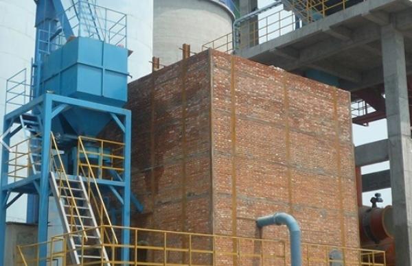 XDF高温沸腾炉 1、主要性能与技术特点 沸腾炉是将3-10mm的燃煤(开采的原煤过筛即可)用机械送入炉中的布风板上,高压风通过布风板使炉中煤粒和炉料沸腾。由于煤粒只占炉料的1%左右,沸腾燃烧过程中与空气接触面积大且相对运动速度大,原煤入炉到排除炉外地时间长,一些在别的炉型中很难燃烧的透的高灰份、低热值的劣质妹也能稳定燃烧达到很高的燃烬程度,所以温度相对均匀,燃烧效益高,其主要优点: (1)对燃烧料得适应性强,可以燃用各种劣质煤和炉渣(发热量大于7270KJ/Kg)。 (2)燃烧效率高达95%以上。 (3