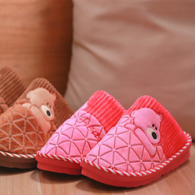 温馨提示: 亲们,有需要请旺旺联系,或者电话联系15957856156,微信同号15957856156,QQ 438768251有现货,全天在线! 图片实拍,吊牌(按客户要求有无),透明OPP袋独立包装。当买家刚拆开的时候,鞋子会有些味道。把鞋子在通风处放几个小时,或穿出来几小时,气味会自然消失的。 鞋子轻便容易清洗可机洗,3双一公斤,不占重量体积,旅游居家必备品。 价格实惠,质量过关,请放心购买使用! 宝贝描述: 【商品名称】:冬季爆款 托脸熊棉拖鞋可爱卡通居家男女情侣地板棉拖鞋厂家批发 【商品材质】: