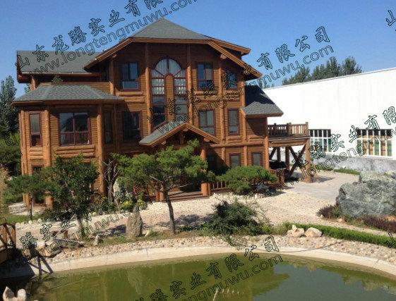 山东龙腾实业有限公司是集木屋设计,木屋研发,木屋施工与一体的大型木结构建筑公司,木结构建筑的历史悠久,据学者研究木结构最早的建筑是山西省五台山的南禅寺,至少建于公元782年,而今龙腾人正承接我国古代木结构建筑的精髓,结合中西方建筑的特色,凝聚龙腾人务实求新的精神,为人们打造舒适、环保、安全、节能的实木别墅! 为保障自然资源的正常生长,公司大量采用国外丰富的优质木材制作木屋,广邀海内外著名专家和顶级研发团队,通过专业化的技术、市场评估调查,将美国新型结构隔热板简称SIP和日本的梁柱再来技术引进中国