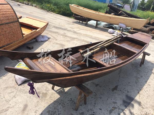 材质:木船主体材质为老龄杉木,结构部分为老桑木与进口杂木 配件:手划桨 乘员:4-5人 买家须知: 本店铺所有产品均为厂家直销,欢迎新老客户莅临参观考察。 因为是工厂直销,所以我们可根据你的要求进行产品定制,下单前务必跟客服确认好。 木船是比较特殊的商品,运输都为专线物流,我们可以帮客户代办物流服务,由于买家所处的地理位置以及宝贝的规格数量不同,运费也不一样,所以按照实际价格收取。当然客户也可以自己联系物流到工厂提货。 由于拍摄角度,光线,以及显示器问题,实物跟图片有时会有少许的色差,希望客户能够理解