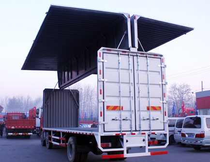 解放国四9.6米240马力双翼展厢式货车