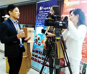 交易会负责人接受电视台采访
