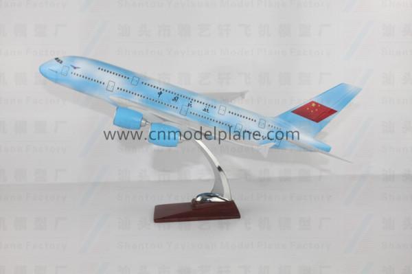 型号:A380 涂装:中国民航 材质:树脂 规格:47cm 毛重: 2.2KG(飞机+底座+包装) 包装:泡沫盒+卡通盒 外箱规格:90.5*46*44 装箱数:6pcs/CTN 毛重: 15KG/箱 性能:本产品纯属手工制作的树脂工艺礼品,供摆设的静态飞机模型。产品以真飞机标准图纸按比例缩小制造!本公司目前有树脂、金属、ABS、玻璃钢等多种材料产品,规格从12CM至500CM不等。也可按客户要求的尺寸生产。有关产品,请查阅我们的网站www.