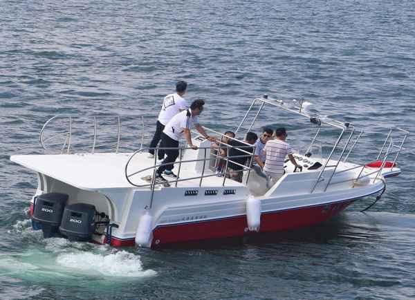观光快艇拖伞船