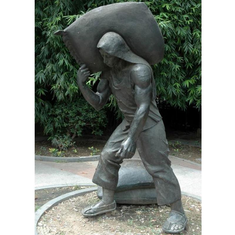 巫山圣泉公园城市雕塑 玻璃钢仿铜人物雕塑 民俗小品雕塑 劳动主题扛麻袋人物雕塑
