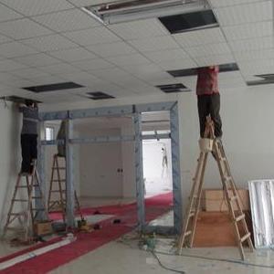 龙华石岩办公室装修玻璃隔断强弱电路布线