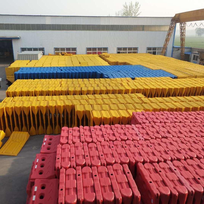 宁夏银川鼎耀交通三孔水马生产厂家 全新料1.3米水马防撞桶隔离墩 高速公路分道隔离