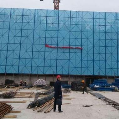 建筑外围网高空爬架网脚手架喷塑防护网片蓝色焊框爬架网